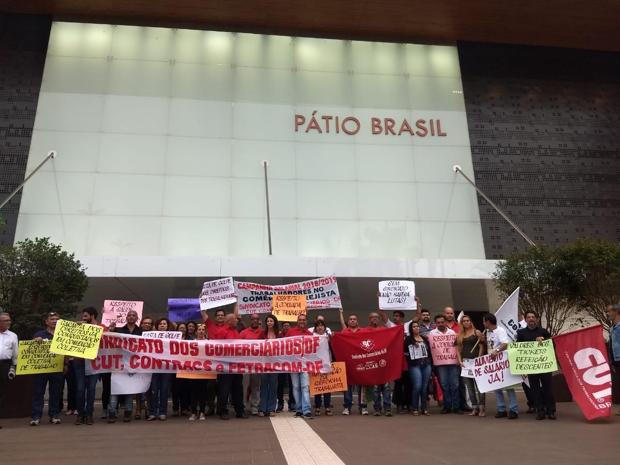 Trabalhadores em shopping manifestam contra a retirada de direitos no Pátio Brasil
